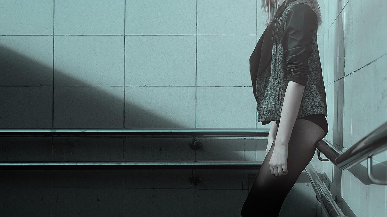 Frau mit Liebeskugeln an der Wand gelehnt